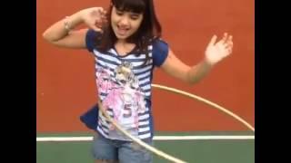 Carolina Chamberlain Brincando De Bambolê