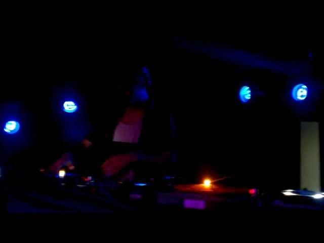 Video de Pau Roca pinchando en directo en la sala BeCool (2013).