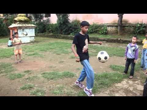 Rapaz que sonha ser como Cristiano Ronaldo, Tansen Nepal
