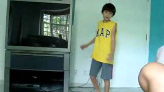 Guilherme Bastos dançando Barbie Girl