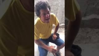 Bêbado cantando música internacional