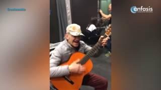 """Músico callejero interpreta la canción """"El bueno, el malo y el feo"""""""
