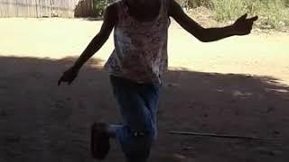 Menina se 6 Anos Dança passinho do Maloka
