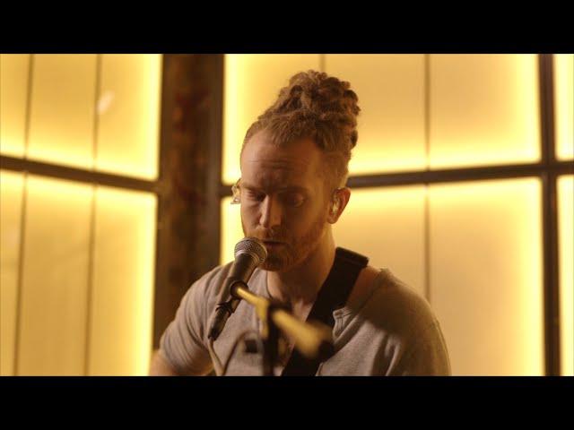 Video en acústico de Newton Faulkner tocando ''Human Love''.