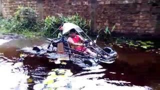 Kart cross passando pelo rio