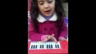 cantando Borboletinha e tocando piano