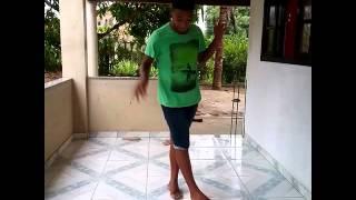 Menor dançando passinho do Ziah
