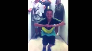 menor dancando (pika)