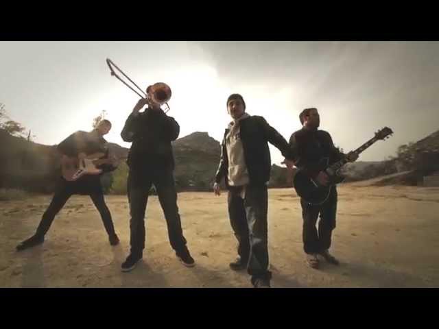 """Zoo interpretando """"Corbelles"""", canción incluida en el álbum """"Tempestes Vénen del Sud"""" (2014)."""