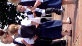 ma zoé danse la polka a la kermesse!!