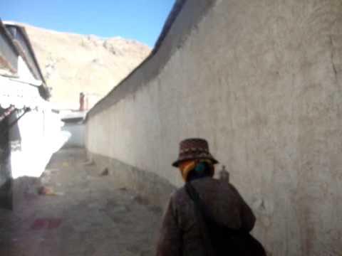01 Prof. Juan Lázara realiza corá en Shigatse Tibet.MPG
