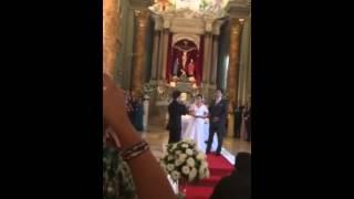 Levando as alianças para os noivos, cantando Hallelujah! Ca