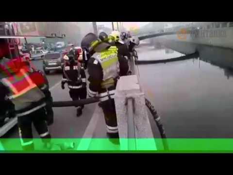 На Обводном срезают решётку с набережной - тушить пожар