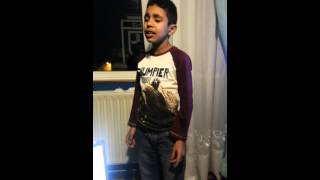Marco cantando solo juega un corazon