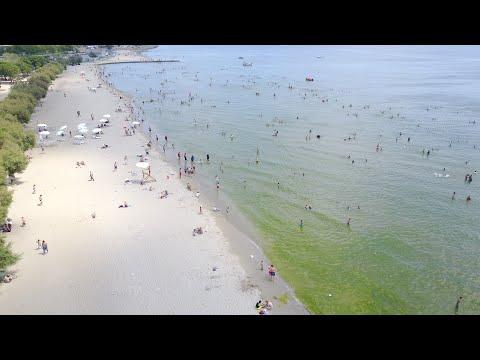 Denizde oyun oynayan gençlerin sosyal mesafe duyarsızlığı