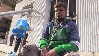 Pai se acorrenta para reivindicar transplante fora do país para filho de um ano