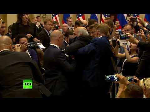 Мужчину с плакатом  «Nuclear Weapon Ban Treaty» вывели перед пресс-конференцией Путина и Трампа