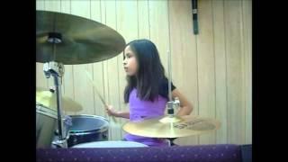 Niña de 8 años tocando batería, vine a alabar a Dios