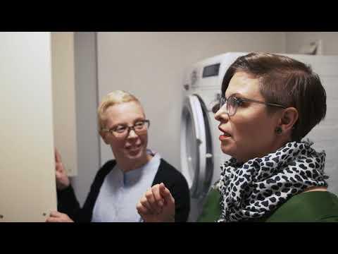 Профессиональный организатор пространства Илана Аалто помогала семье Вехвиляйнен организовать переезд и советовала, как можно начать готовиться к нему за три месяца до момента переезда.  Посмотрите документальный видео-ролик #современныйпереезд и все советы по организации переезда на нашем сайте!  https://www.yit.ru/blog/pereezd-bez-stressa-eto-vozmozhno
