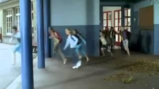 as crianças correndo da  escola