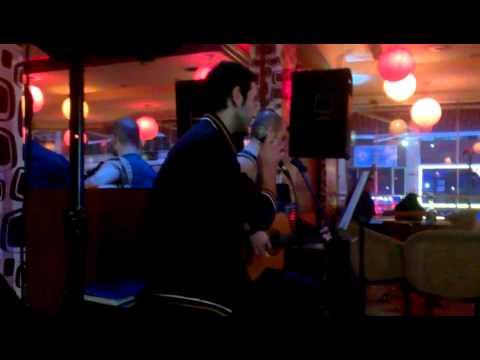 Cafe Zade'de Barış Akarsu'nun Rüzgar Parçasını Söylerken