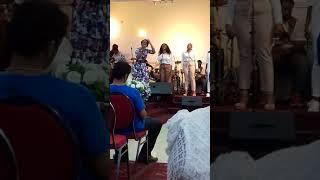 Église source les jumeaux pastorale avec la soeur Sandra mbuyi