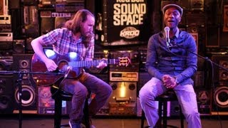 "Mike Einziger And Aloe Blacc Perform Avicii's ""Wake Me Up"" Acoustic"