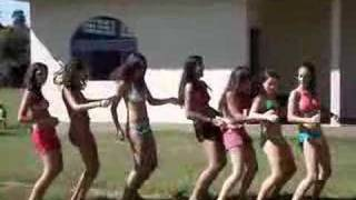 Cavalo com a pata quebrada - versão com meninas de bikini