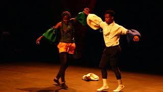 Ordinateur danseur de dj arafat dans une pièce de théâtre a paris width=