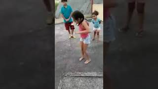 Menina umilha menino na dança!!!