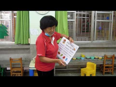志工阿嬤用台語教小孩吃飯的禮儀