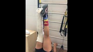 exercício com a perna engessada