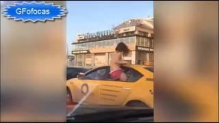Mulher fazendo topless no taxi width=