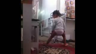 Menina de 02 anos arrasando na dança