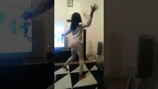 Une petite fille qui danse marimba rija