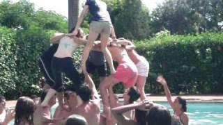 Pirâmide das Meninas na Piscina e Mergulho do Betão!!!.AVI
