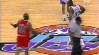 Dennis Rodman czuje miętę do Karla Malone (finały 1998, g6)