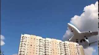 Avião faz pouso arriscado e passa perto de prédios