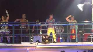 Daniela Mercury dança passinho com o grupo Dream Team no Carnaval de Salvador