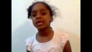 Débora aos 4 anos já arrisca cantar musica só entra no céu