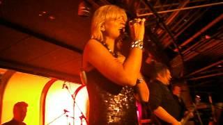 Maria från Titanix sjunger Ring Ring