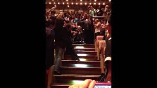 Ovación por parte del público cuando el maestro Gustavo Dudamel se dirige a Abreu