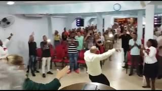 Mc frank dando a palavra na igreja