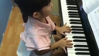 อะยูมิจัง  ฝึกเล่นเพลง Wishful Thinking ช้าๆ เน้นการอ่านโน้ตและใช้เลขหิ้วให้ถูกต้องตามที่เพลงกำหนดค