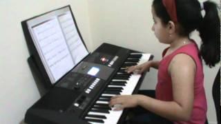 Gaby tocando Tudo por Amor.MPG