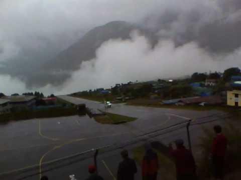 Leszállás Luklában / Twin otter landing in Lukla, Nepal