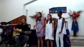 Camila, Tati , Bianca e Durok cantando: Quem sou eu?