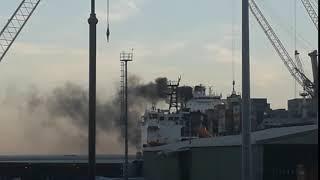 Salerno, colonna di fumo da una nave nel Porto VIDEO