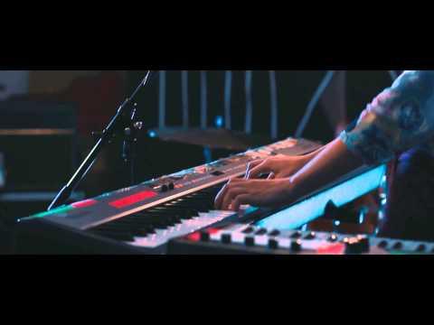 eva-manu-the-world-is-too-busy-live-evamanumusic