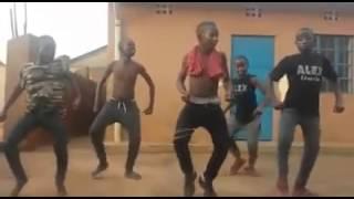 Os africanos dançando